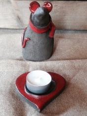 Réchauffez la souris en allumant sa bougie sur son support en forme de coeur