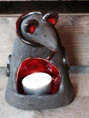 Réchauffez la souris en allumant sa bougie dans son ventre