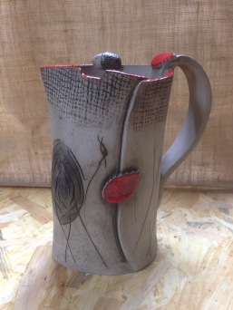 Carafe grise et rouge