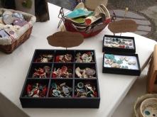 Pièces (bagues et boucles d'oreilles) exposées au marché des potiers de Soufflenheim