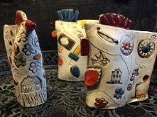 Poules décoratives faite par les enfants lors des ateliers de poterie
