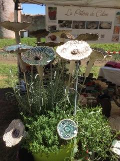 Association de fleurs en terre cuite avec des plantes vertes