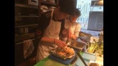 Elise prépare un plat à base de fruits de mer sur une assiette fabriquée par Céline