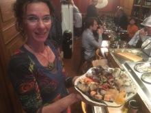 La fierté de Céline de présenter l'une des assiettes qu'elle a fabriquée pour Elise et Vincenzo