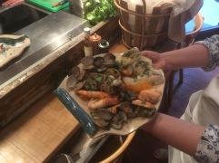 Plat de fruits de mer réalisé par Elise, dans une assiette fabriquée par Céline
